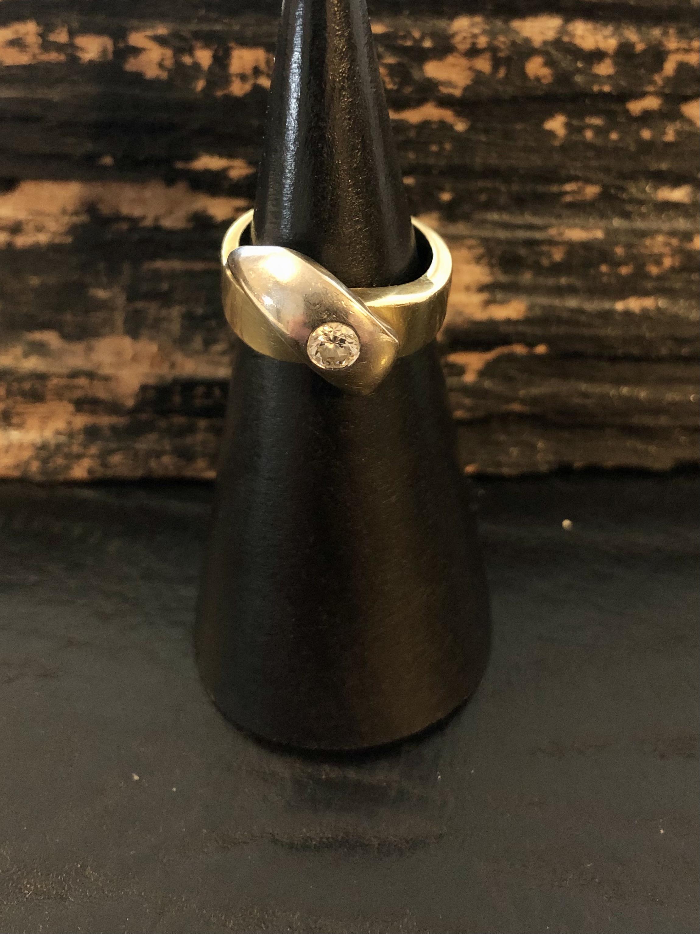 18 kt. guld/hvidgulds ring med 0.20 ct.