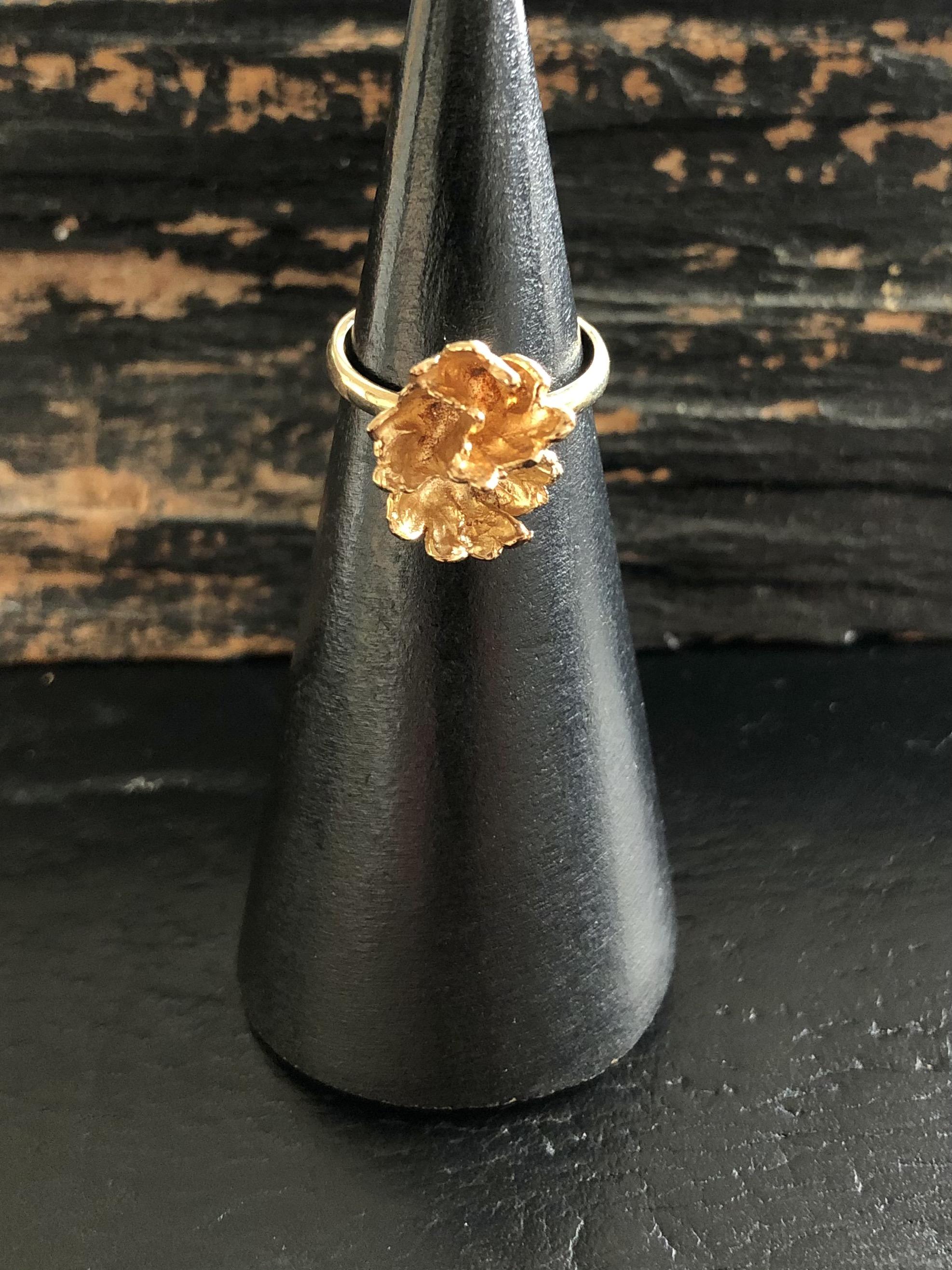 8 kt. guld blomster ring hos Guldsmedien Køge.