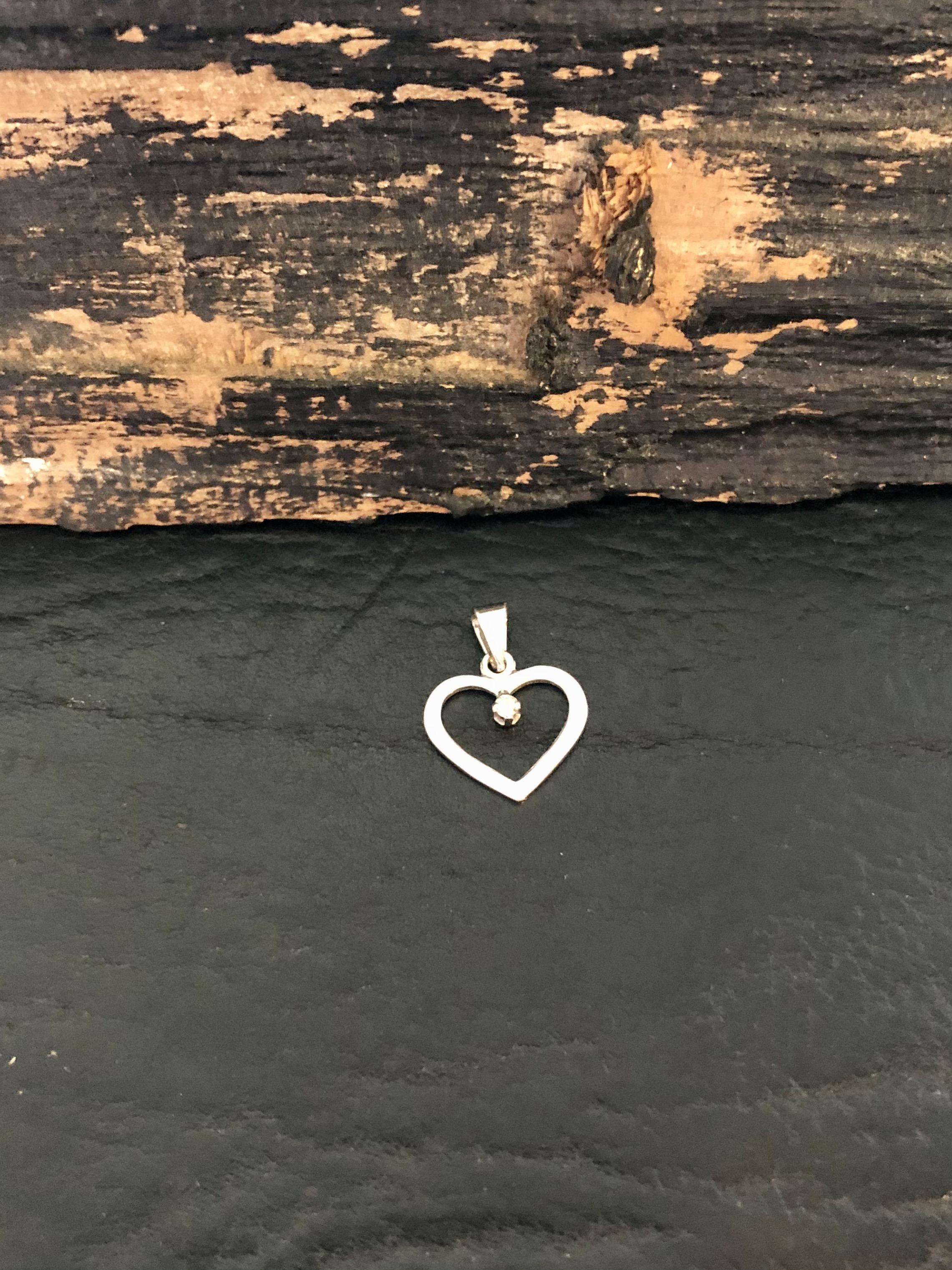 14 kt. hvidgulds hjerte med 0,01 ct. hos Guldsmedien Køge.
