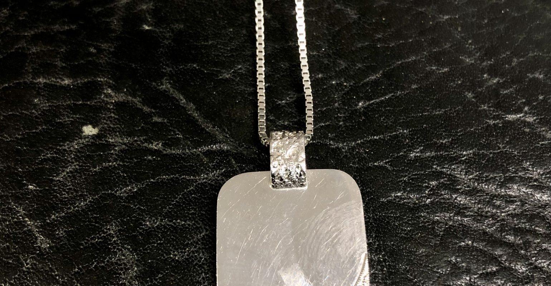 18 kt. hvidgulds plade vedhæng med 0,05 ct. med sølv rhodineret kæde