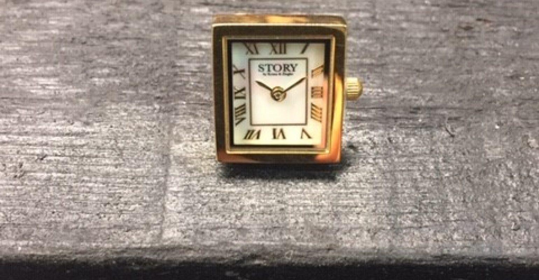Story forgyldt firkantet ur med sten.
