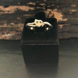 8 kt.guld ring med zircon hos Guldsmedien Køge.