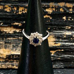 14 kt. hvidgulds Roset ring med safir og diamanter hos Guldsmedien Køge.